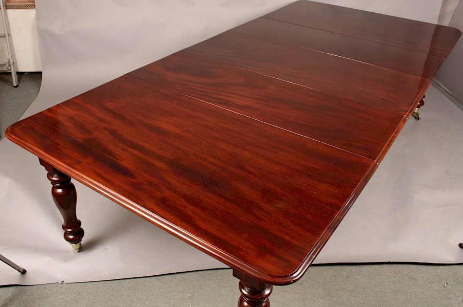 Fine Quality Victorian Extending Dining Table in Mahogany