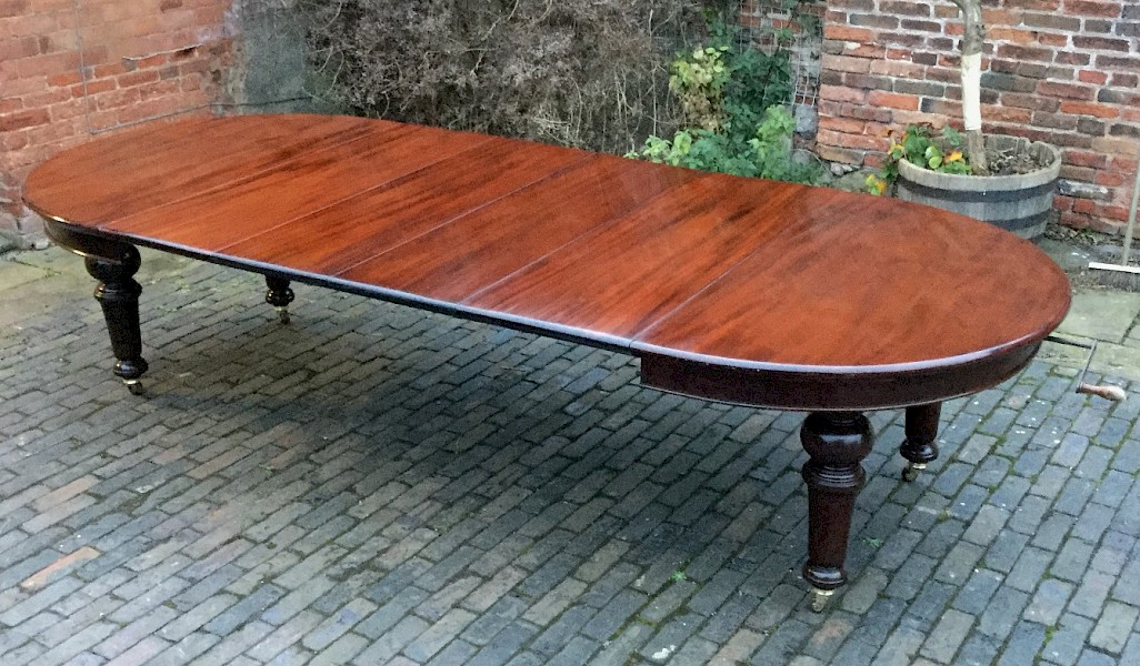 Very Good Victorian 4 Leaf Extending Dining Table