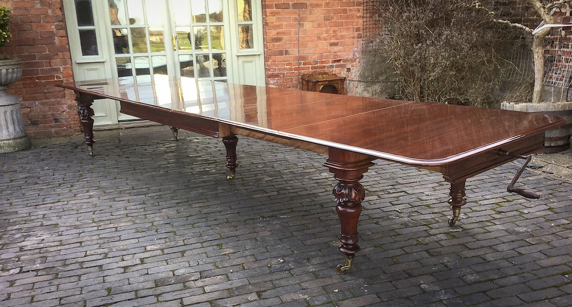 A  Superb Early Victorian 5 leaf Extending Dining Table