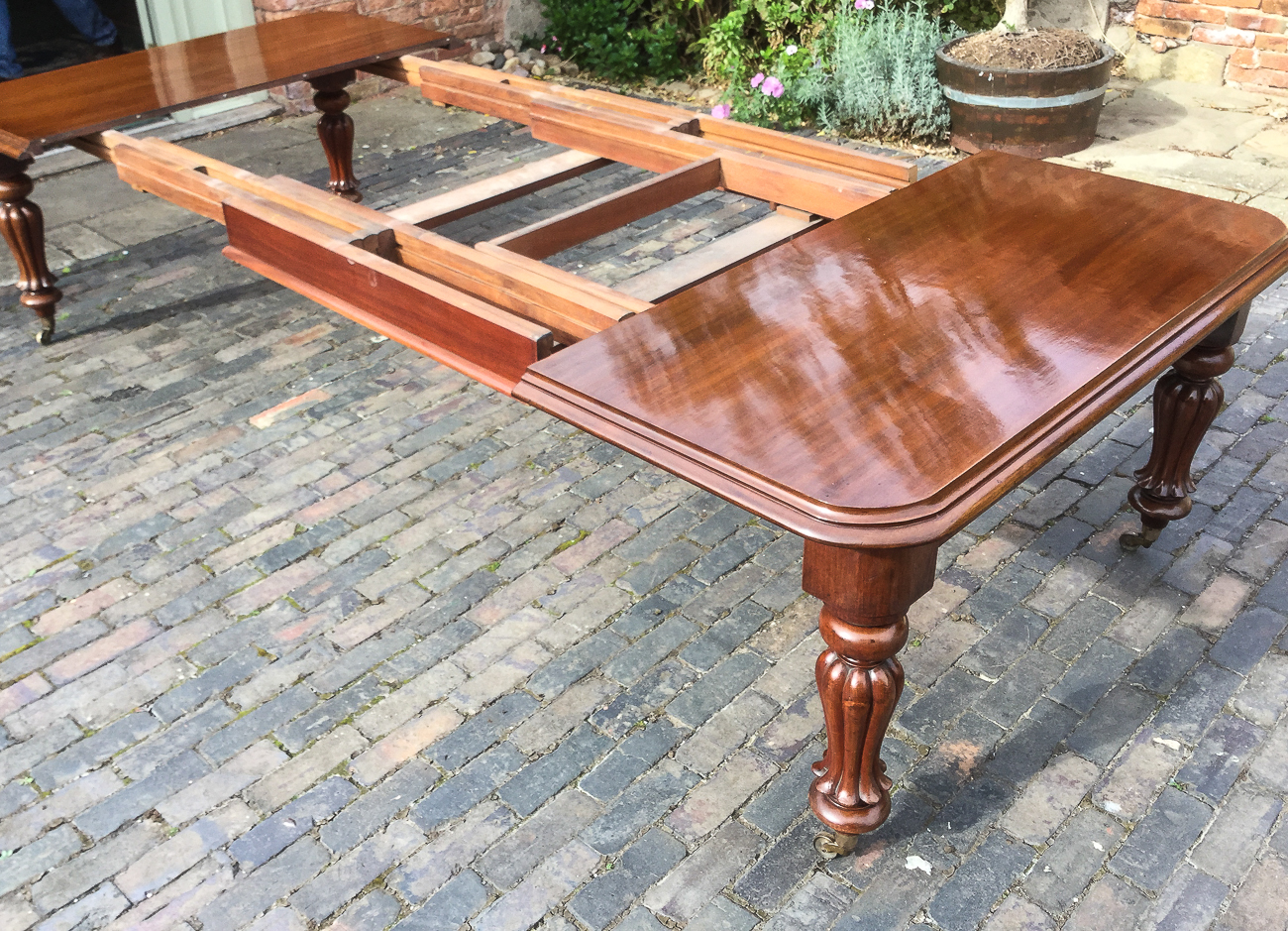 A Quality Early Victorian Extending Dining Table In Mahogany, It Has Three  Original Extension Leaves And Has A Pull Out Extension Mechanism The Leaves  Are ...