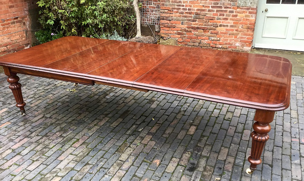 Good Victorian 3 Leaf Extending dining table with Leaf Carrier