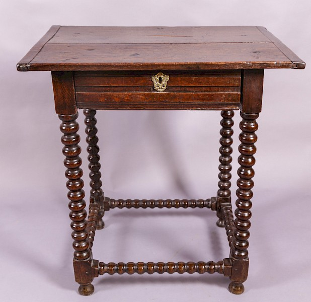 Good small 17th century side table in Oak