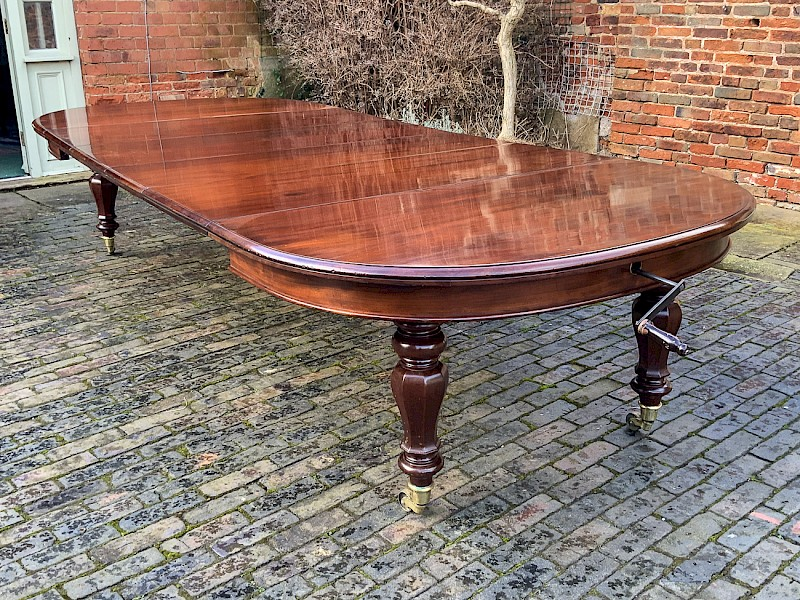 Good Early Victorian 4 Leaf Extending Dining Table