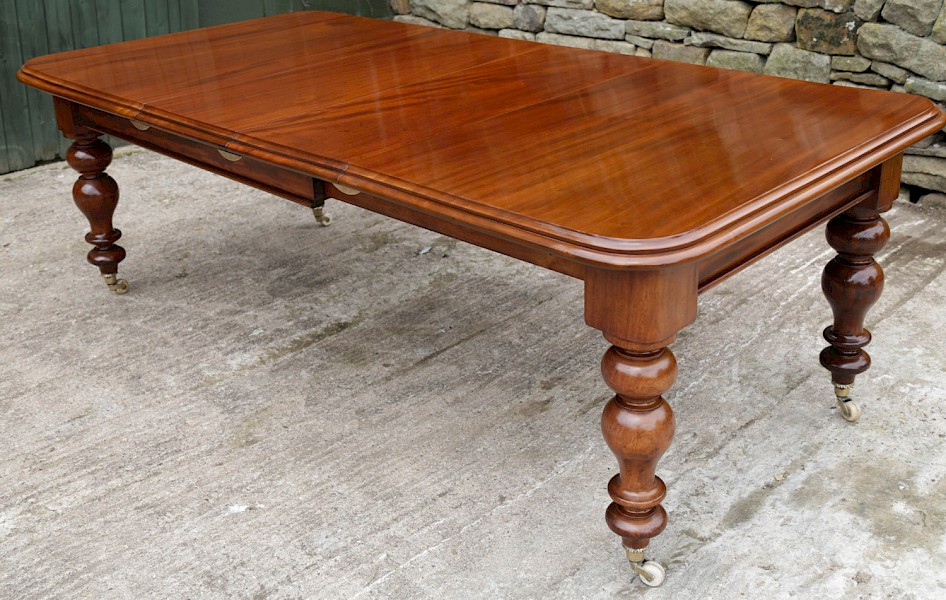 A Victorian Mahogany Extending Dining Table in Mahogany seats 8/10